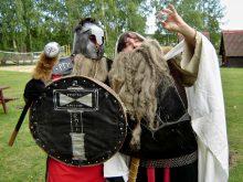 2011 Thorin a Balin prohlížejí Arcikam